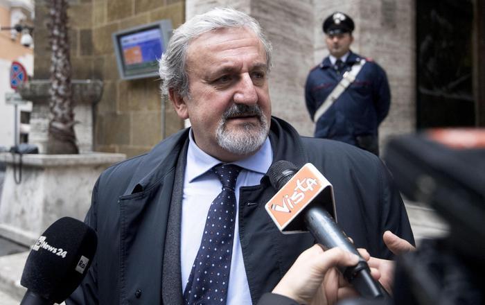 Il governatore della Puglia Emiliano non rinnova la tessera del Pd