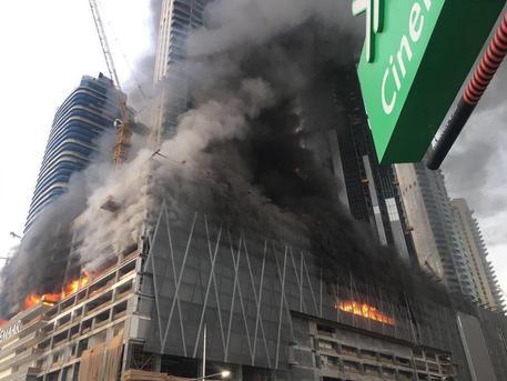 Incendio in un grattacielo di 48 piani negli Emirati: 7 persone ferite