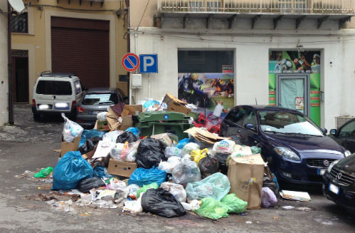Emergenza spazzatura a Enna, i topi circolano nelle strade
