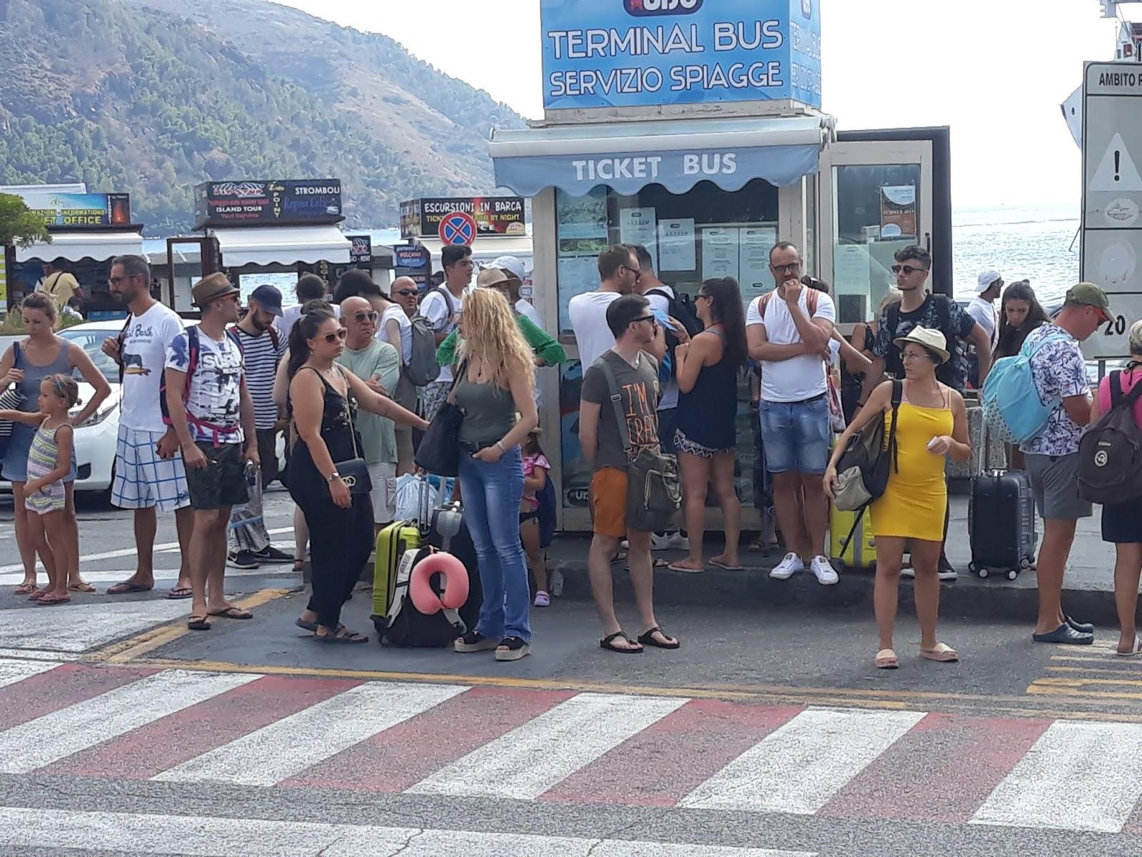 Invasione di turisti alle  Eolie, assembramenti nei porti