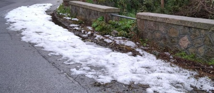Dopo i tuffi in mare a Natale, alle Eolie arriva la neve