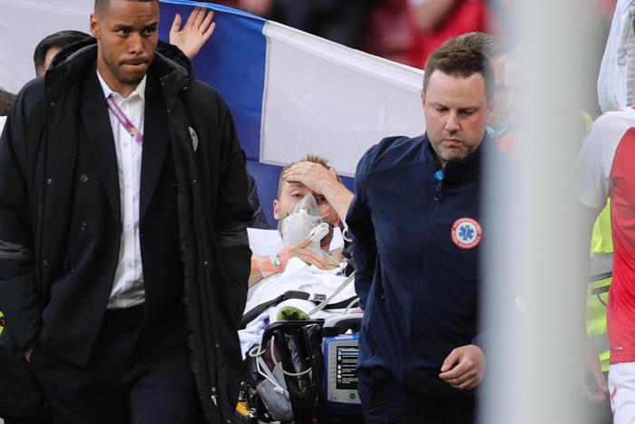 Europei,  Eriksen, crolla a terra con gli occhi sbarrati: si riprende in ospedale