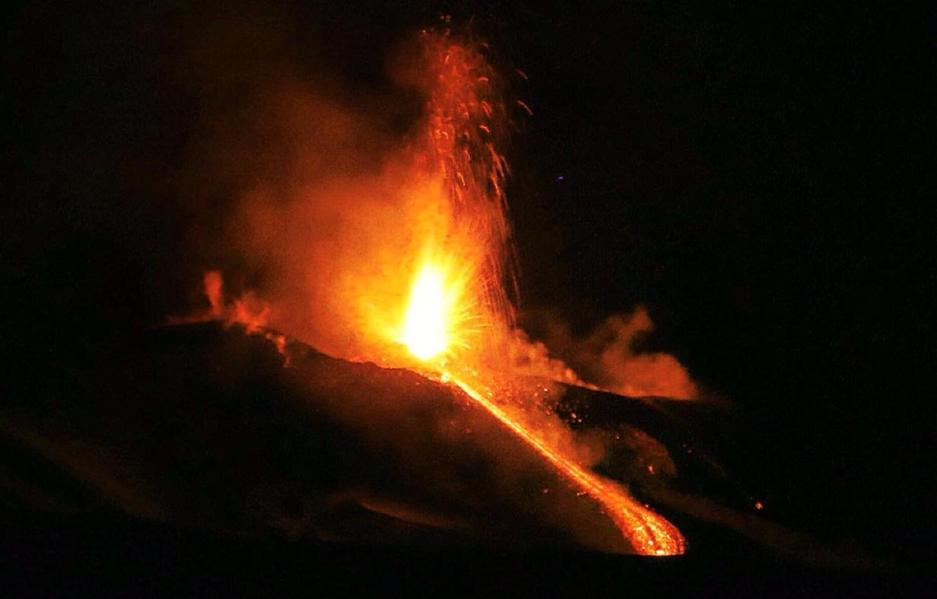 Catania, prosegue l'attività eruttiva dell'Etna: la lava avanza