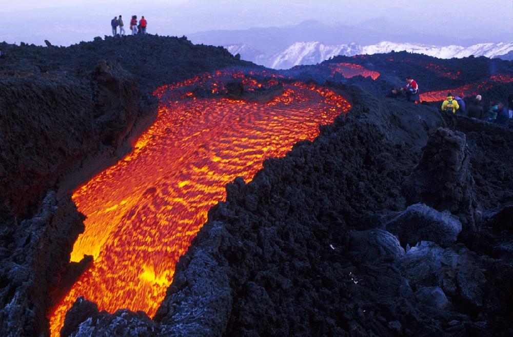 Etna, nuova colata lavica a valle dal cratere del sud-est