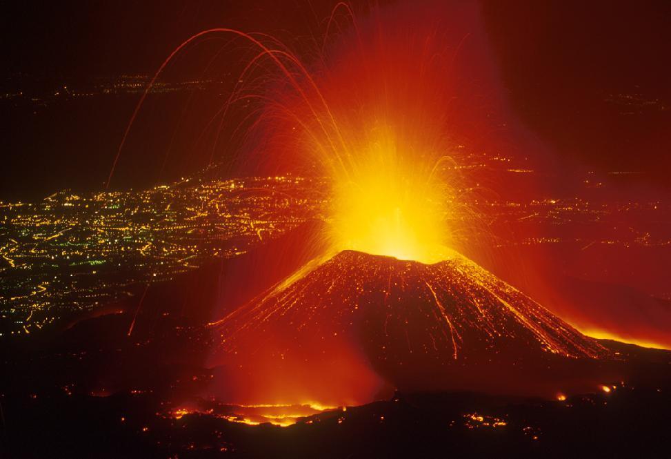 Continua attività Etna, cenere costringe chiusura scalo Catania
