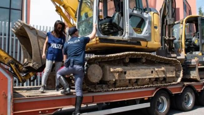 Villasmundo, denunciato per un escavatore provento di furto