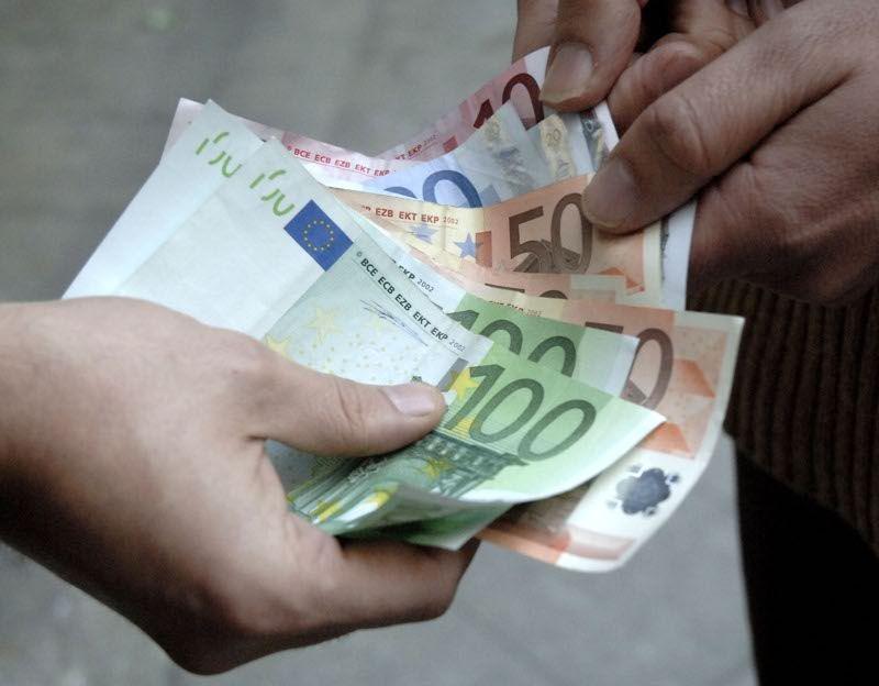 Estorce denaro a una ditta di Catania e a una di Roma, arrestato