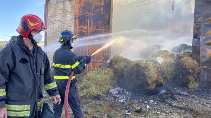 Incendio a Siracusa, fiamme nell'ex fabbrica dell'Eternit a Targia