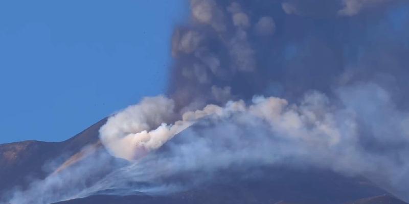 L'Etna si risveglia: dal cratere di Sud-Est fontana di lava, nube e cenere