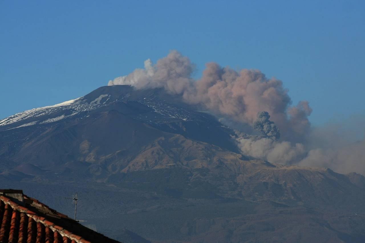 Etna, l'eruzione si ferma dal cratere 'voragine' ma le esplosioni restano