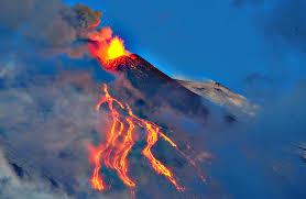 Etna, nuova fase eruttiva con colate di lava alla sommità