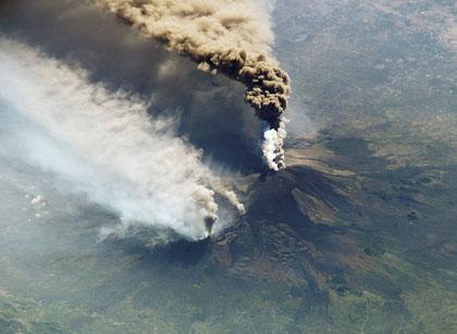 Etna, non si ferma l'attività eruttiva: emissione di cenere dal cratere di Sud est