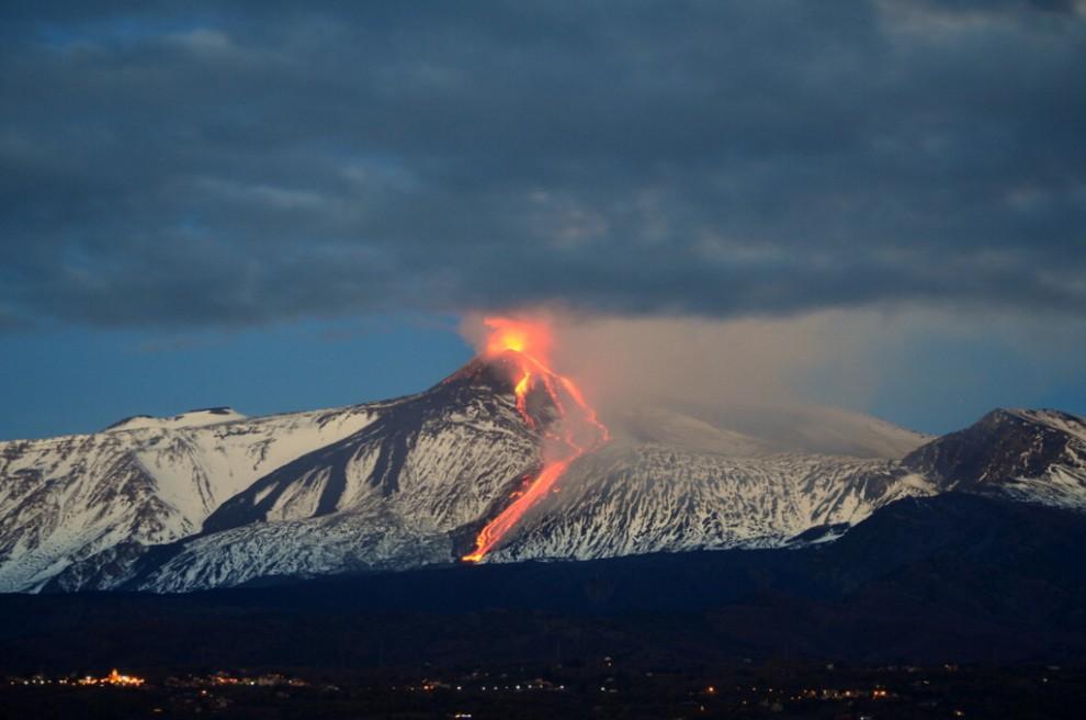 Prosegue l'eruzione dell'Etna, aeroporto resta operativo