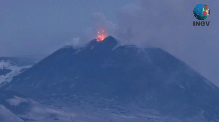 Etna, altre due esplosioni freatiche: la lava scende a quota 1800 metri