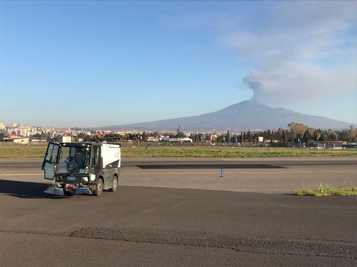 L'eruzione dell'Etna prosegue tra alti e bassi,  pioggia di cenere lavica su Catania