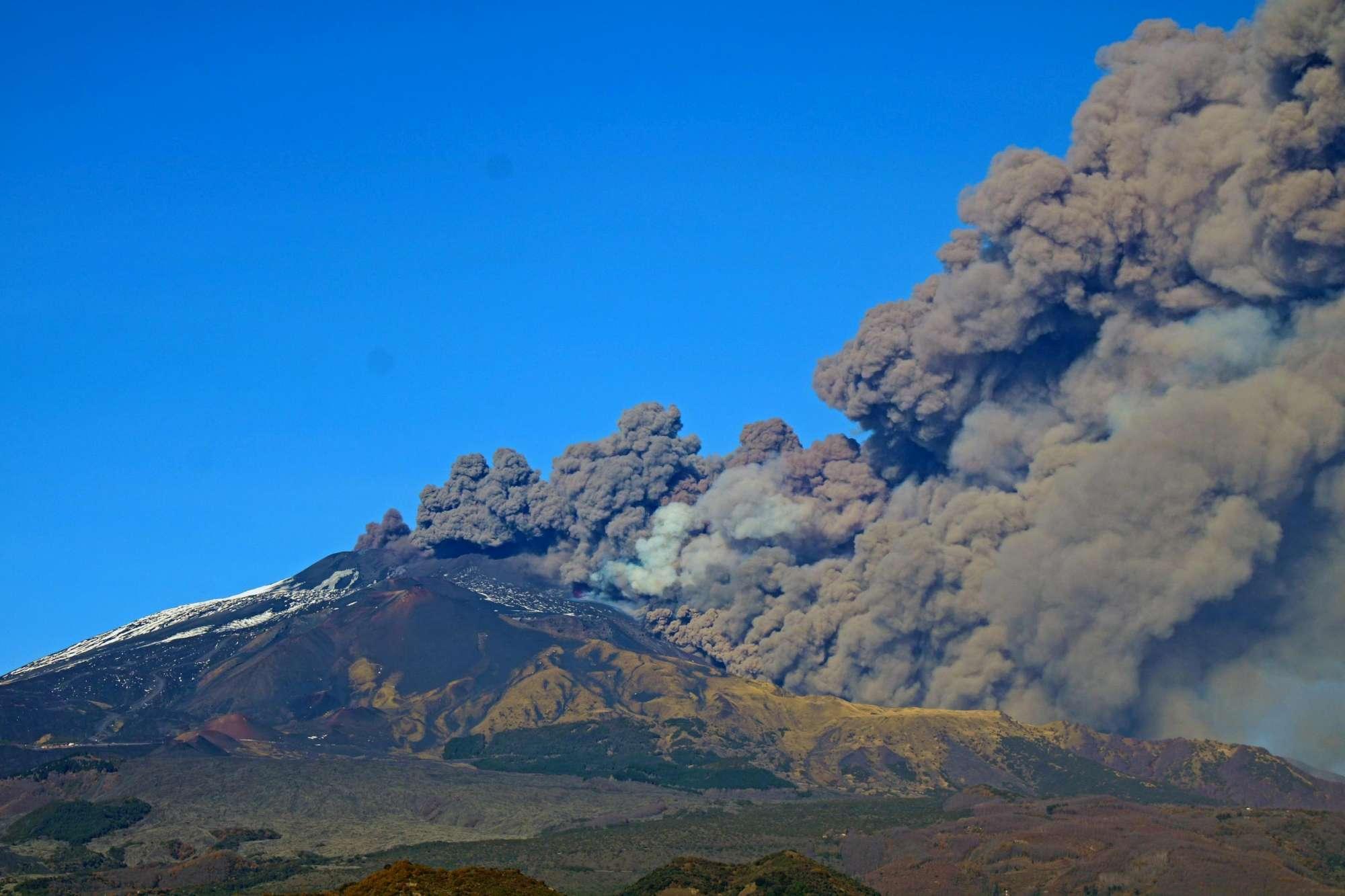 Etna, eruzione e terremoto: disagi per i passeggeri all'aeroporto di Catania
