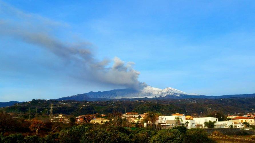 Etna, dal cratere di Nord - Est una violenta emissione di cenere