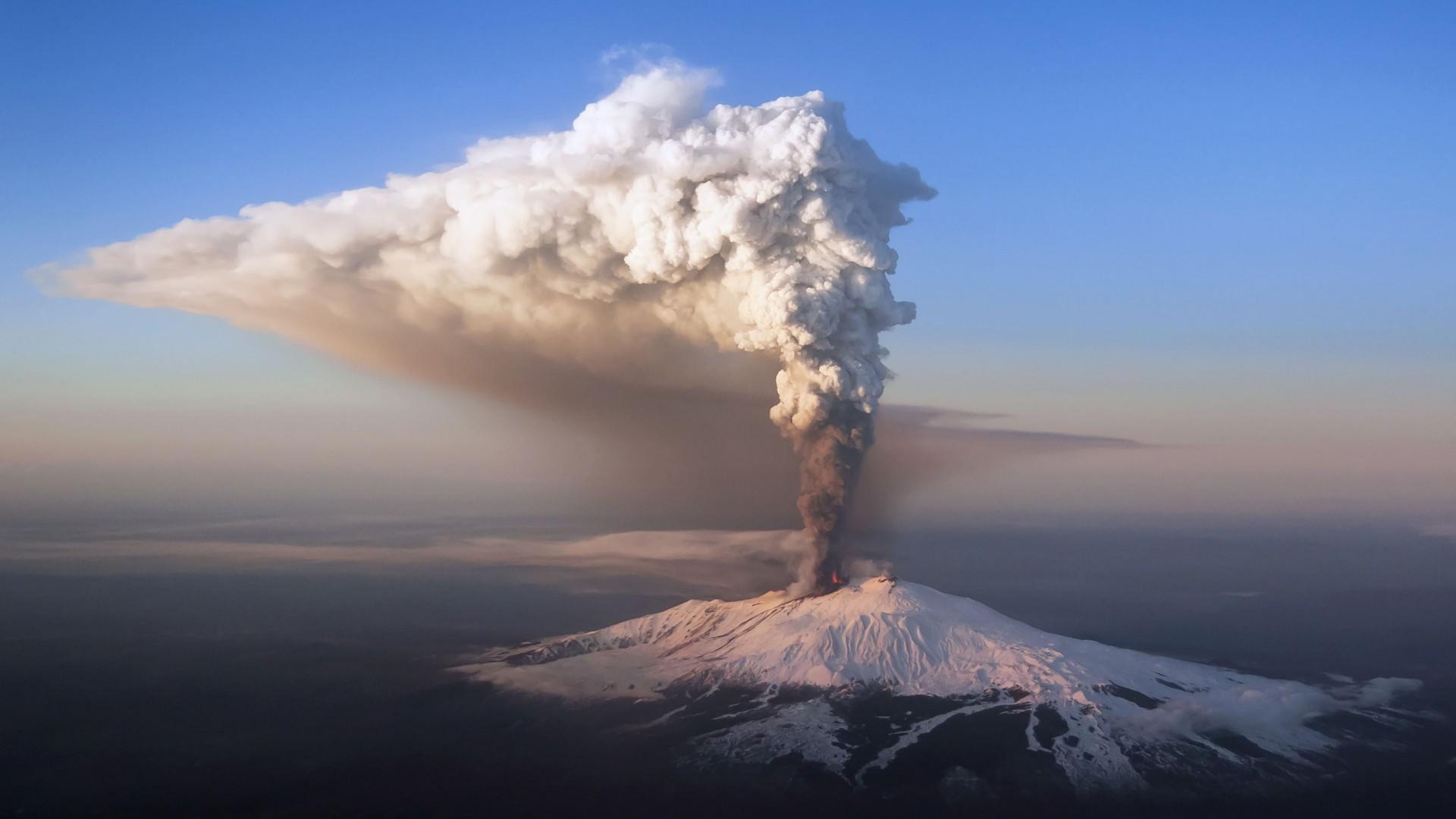 Etna, pioggia di lava su Catania: riaperto l'aeroporto alle 11,30