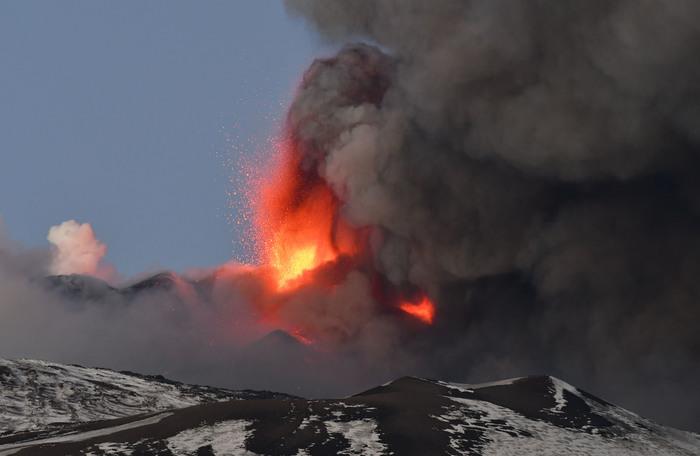 Etna, Catania coperta da cenere lavica ma l'aeroporto riapre