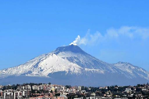 Etna, notte tranquilla dopo l'ottava fase parossistica: lava nella zona sommitale
