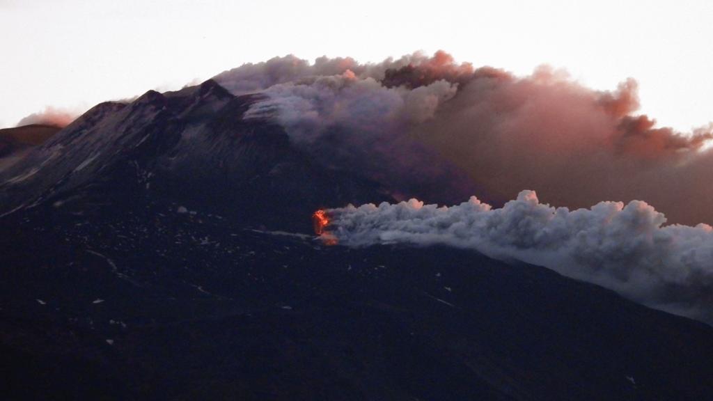 Etna, nuova attività eruttiva: esplosioni e lanci di lapilli incandescenti