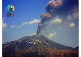 Attività stromboliana sull'Etna: esplosioni e cenere dal cratere di Sudest