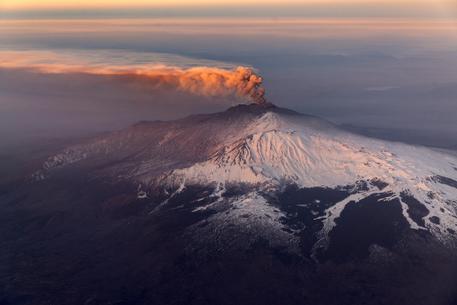 Etna in eruzione e cenere sull'aeroporto: 4 atterraggi l'ora su Catania