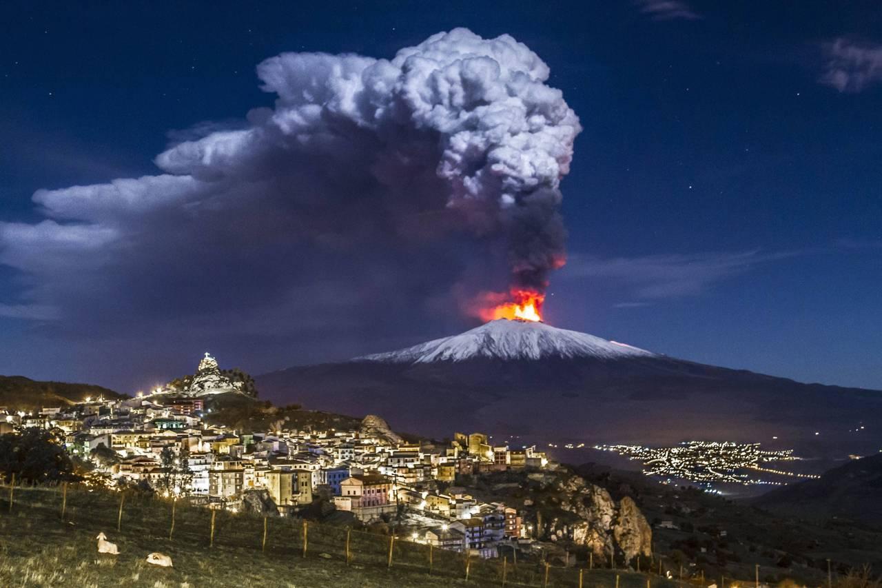Etna, l'eruzione continua: per gli esperti i tremori sono nella norma