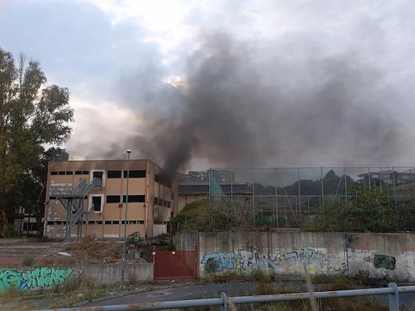 """In fiamme l'ex scuola """"Brancati"""" a Librino: """"Recuperare la struttura"""""""