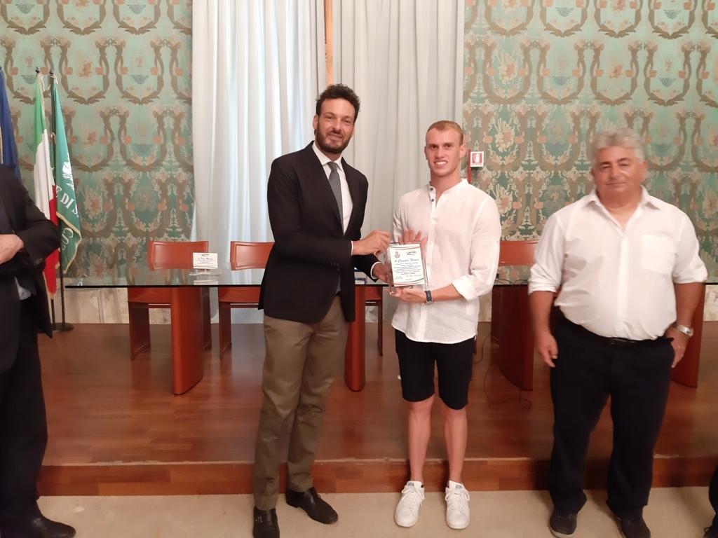 Nuoto, il sindaco di Siracusa premia Faraci medaglia d'argento agli Europei juniores