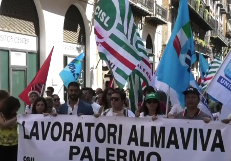 I lavoratori di Almaviva in piazza a Palermo: protestano per dire no agli esuberi