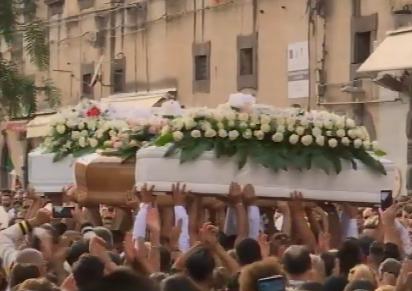 Strazio e dolore ad Adrano, mille persone ai funerali dei 4 ragazzi vittime della strada