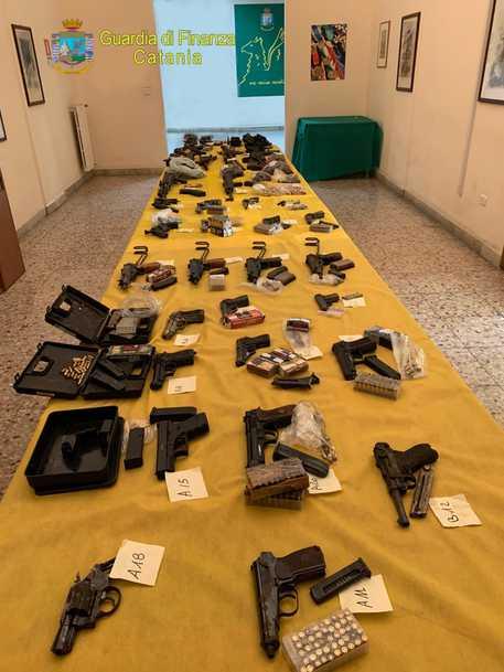 La Guardia di finanza sequestra un arsenale alla Plaja di Catania