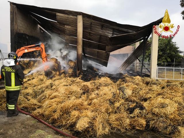 Cinquanta auto divorate dal rogo: incendio nel parcheggio della spiaggia di Eloro