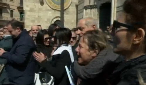 L'ultimo addio ad Alessandra vittima di femminicidio a Messina, la folla grida: ergastolo, ergastolo