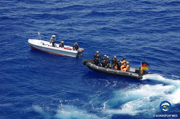 Blitz forze Ue nel Canale di Sicilia, abbordata nave con scafisti