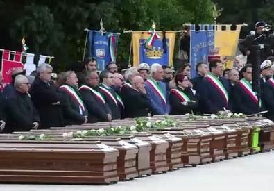 A Salerno funerali per le 26 migranti, rose bianche sulle bare