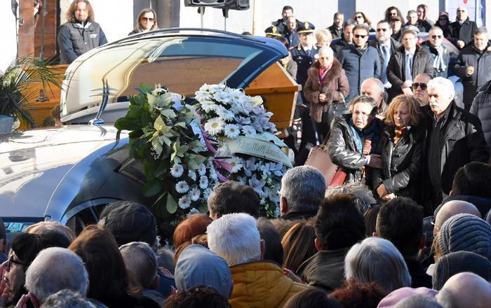 Commozione ai funerali di Fabrizia, il vescovo di Sulmona: