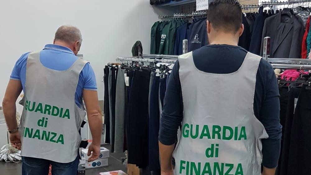 Falsi, blitz in un magazzino a Partinico: sequestrati 40 mila prodotti