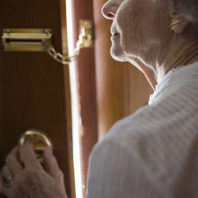 Falso medico raggira un'anziana a Catania: scappa con 920 euro