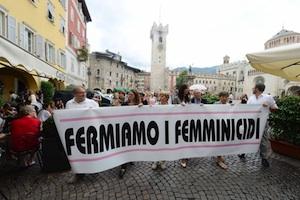 Taormina, uomini con le fiaccole accese per dire no ai femminicidi