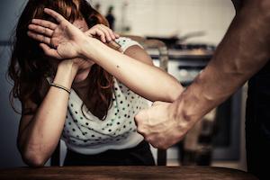 Catania, picchia la moglie e si barrica in casa: arrestato