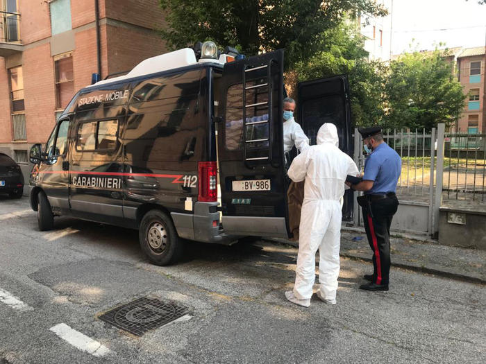 Bimbo trovato morto a Ferrara, madre con ferite ai polsi