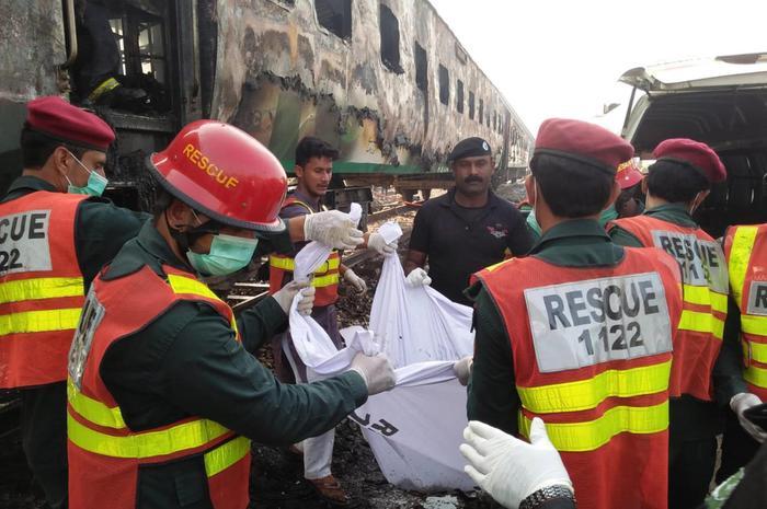Treno in fiamme in Pakistan, almeno 73 morti e 43 persone ferite