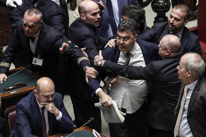 Manovra, è bagarre a Montecitorio: seduta sospesa