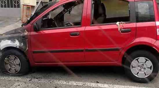 Siracusa, Fiat Panda  in sosta a fuoco  a Fontane Bianche