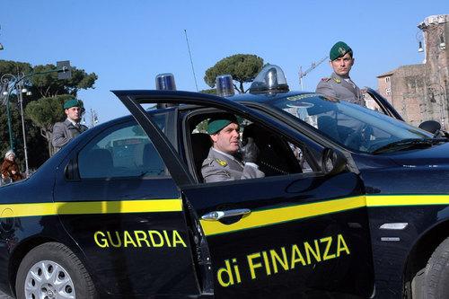 Catania, nasconde tre pistole in una borsa frigo: 27enne arrestato
