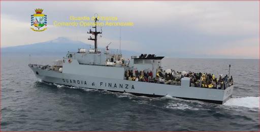 Pattugliatori di Finanza e Guardia costiera trasferiscono 520 migranti