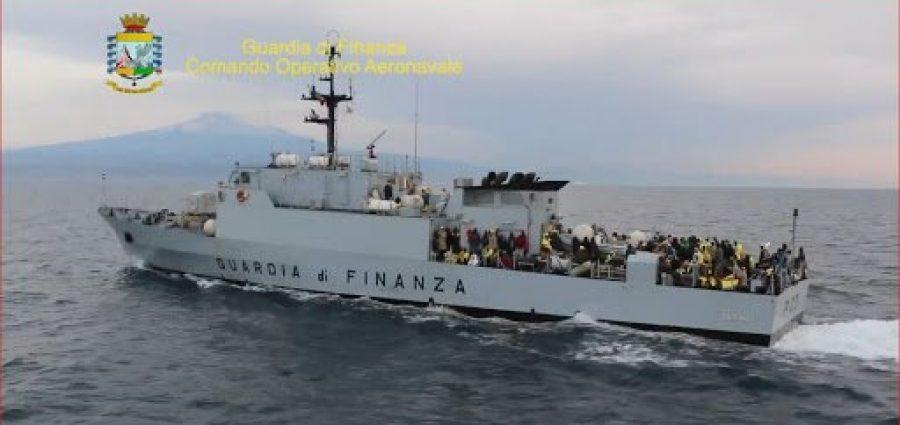 Lampedusa, 2 incrociatori della Finanza iniziano a trasferire parte di migranti