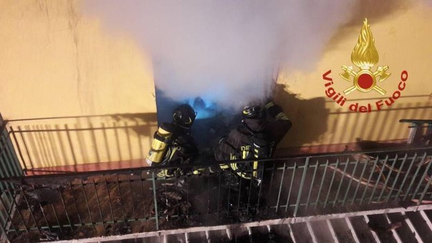 Brucia appartamento a Firenze, pompieri salvano un disabile